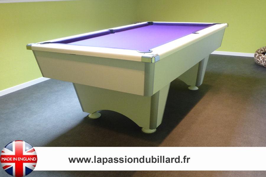 Photo billard de salon, Billard Domestic pool blanc tapis violet.